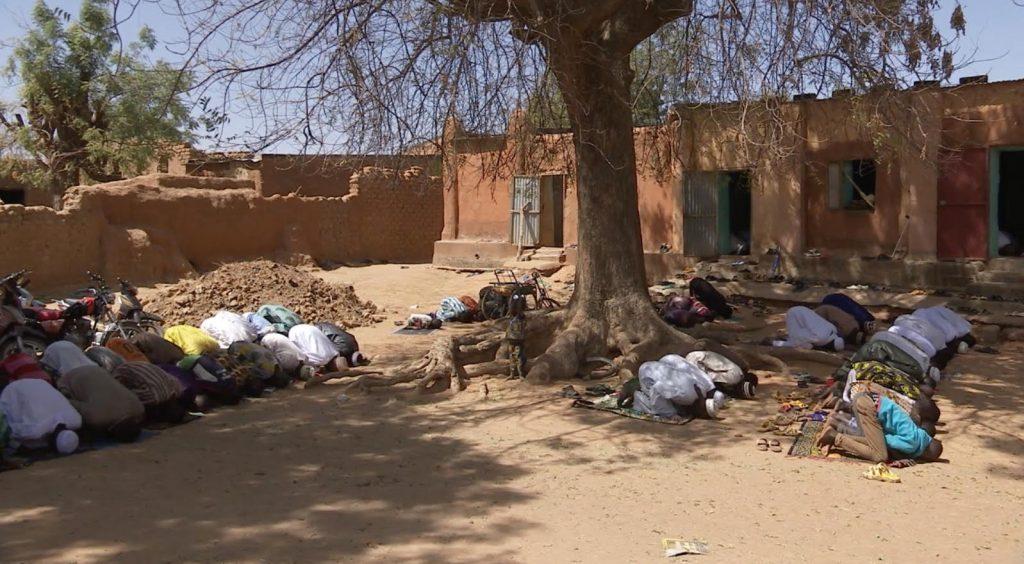"""prière 1024x564 - """"Retour à Bamako"""", le film qui donne la parole aux Maliens"""